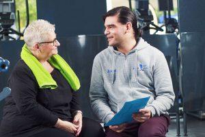 Joost bespreekt een trainingsschema met een patiënt